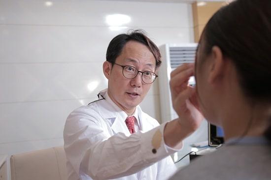 Bác sĩ Park Hyo Jin thăm khám và tư vấn cho Hoàng Yến